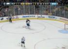 """Video: """"Bruins"""" uzbrucējs <i>nones</i> vārtsargu"""