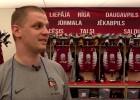Video: Uz tepiķa ar Latvijas ģerboni nekāpt, sods - 200 eiro. Kā izskatās izlases ģērbtuvē?