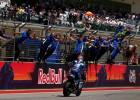 """Rins pēdējos apļos apsteidz Rosi un svin savu pirmo """"MotoGP"""" uzvaru; Markess krīt"""