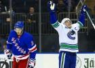 """Horvats ar 100. vārtiem NHL karjerā kaldina """"Canucks"""" uzvaru Ņujorkā"""
