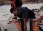 Video: Ar āmuru vai ar roku - kā ātrāk sasist ķieģeļus?