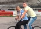Video: Uzvarētājs uz <i> bomīša </i> izvizina Karlīni Štālu