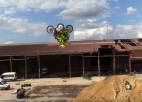 Video: Pirmo reizi vēsturē veikts atmuguriskais salto ar blakusvāģi