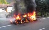 Foto: Ekipāžai Čehijas ERČ rallijā pilnībā sadeg automašīna