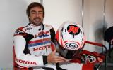 Foto: Fernando Alonso izmēģina MotoGP motociklu