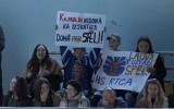 """Video: """"Rīgas"""" faniem īpašs plakāts komandas uzbrucējam Kamoliņam"""