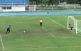 Video: <i>Pendele</i> Taizemē neierasti ielido vārtos pēc trāpījuma pa konstrukciju
