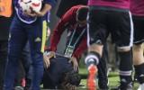 """Skandāls Stambulas derbijā: """"Fenerbahce"""" fani iemet pa galvu """"Besiktas"""" trenerim"""