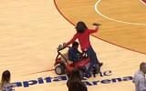 Video: NBA jocīgākie momenti: zēns brauc virsū izklaides organizatoriem