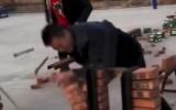 Video: Ķieģeļu sišanas sacensības - ar āmuru vai ar roku?