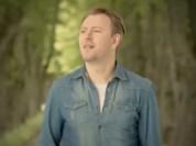 """Video: Jānim Stībelim vasarīgs video dziesmai """"IR TIK KARSTS"""""""