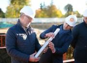 Dukurs un Ekmanis jaunajā Siguldas sporta kompleksā iemūrē kapsulu ar vēstījumu nākamajām paaudzēm