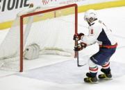 """""""Sabres"""" atkal zaudē un kaujas, Makdeividam 2+3, Ovečkinam <i>hat-trick</i>"""