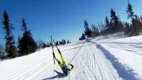 Sniega motocikls notriec slēpošanas zvaigzni