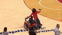 NBA jocīgākie momenti: zēns brauc virsū izklaides organizatoriem