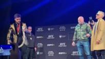 """MMA čempions ar """"čūsku"""" mēģina iebiedēt pretinieku"""