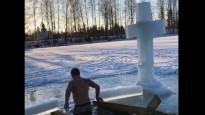 Briedis iegremdējas Plakanciema ledainajā āliņģī