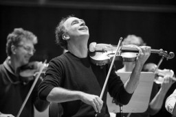 """Festivālā """"Eiropas Ziemassvētki"""" Sinfonietta Rīga uzstāsies kopā ar izcilo vijolnieku Florianu Dondereru"""
