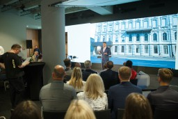 Dod startu Jaunā Rīgas teātra būvniecībai un aicina virtuālā ekskursijā pa topošo ēku
