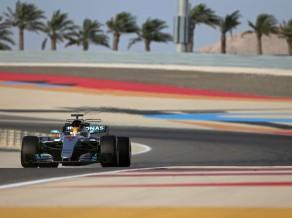 """Hamiltons ātrākais F1 testos, nopietnas problēmas """"McLaren"""" komandai"""