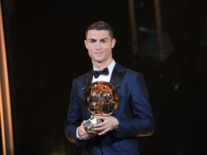 "Ronaldu iegūst ""Ballon d'Or"" un noķer Mesi"
