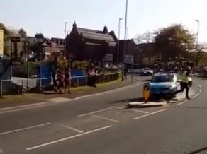 Komandas mašīna gandrīz izraisa traģēdiju velobraucienā