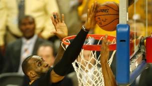 Video: NBA izslēgšanas spēļu momentos triumfē Džeimss