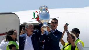 """Video: """"Euro 2016"""" čempioni atgriežas Portugālē"""