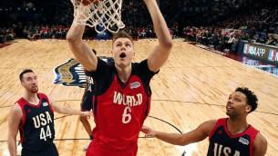 Video: Porziņģim danki un 24 punkti NBA Uzlecošo zvaigžņu spēlē