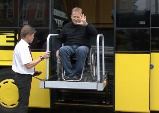 Video: Ecolines prezentē jaunos autobusus ar moderniem pacēlājiem cilvēkiem ratiņkrēslos