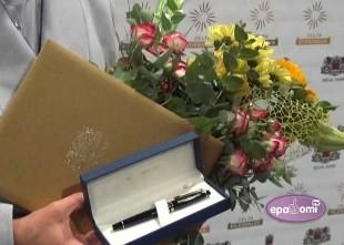 """Video: Rīgas labākie skolotāji saņem """"Zelta pildspalvas"""", skolēni - """"Zelta stipendijas"""""""