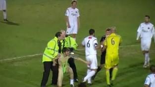 Futbolists palīdz noķert strīkeri-Boratu un saņem sarkano kartīti