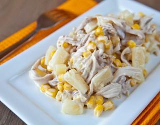 Kūpinātas vistas salāti ar ananasiem