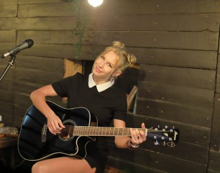 Video: Vijolniece Katy Tindemark prezentē savu jauno singlu