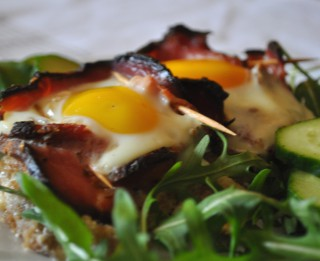 Cepeškrāsnī ceptas olas bekona groziņos