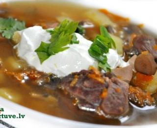 Liellopu gaļas un sēņu zupa