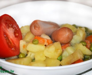 Dārzeņu sautējums ar cīsiņiem