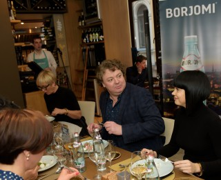 """""""Borjomi"""" pētījums Baltijā: gandrīz puse Latvijas iedzīvotāju regulāri ietur vēlas vakariņas"""
