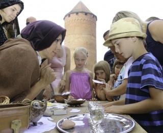 """Svētki bērniem """"Šodien Turaidas pils pieder bērniem – seno gadsimtu nauda"""""""
