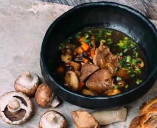 Liellopu mēles un baraviku zupa