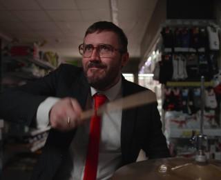 """Video: """"Very Cool People"""" izdod Ziemassvētku singlu """"Mazais bundzinieks"""""""