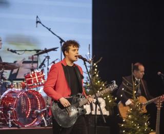 """Video: """"Saldās sejas"""" ieraksta Raimonda Paula Ziemassvētku dziesmu"""