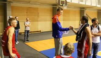 Foto: Kristaps Porziņģis ciemojas Latvijas valstsvienības treniņā