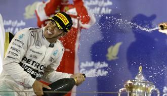 Foto: Hamiltons ar uzvaru Bahreinā turpina ceļu pretī trešajam F1 titulam