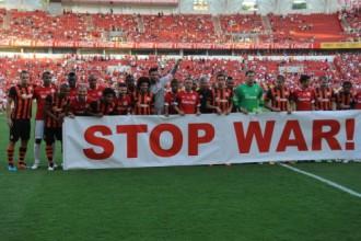 """Doņeckas """"Shakhtar"""" spēlētāji iziet laukumā ar plakātu """"Pārtrauciet karu!"""""""