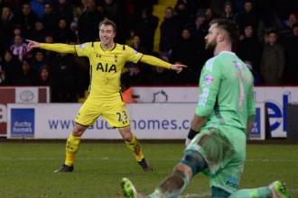 """Eriksena divi vārti nodrošina """"Tottenham"""" Līgas kausa finālu"""