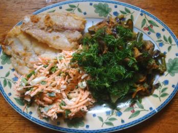 Baklažānu, burkānu un pākšu pupiņu sautējums ar ceptu zivi