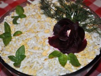 Kārtainie dārzeņu salāti ar kūpinātu vistu