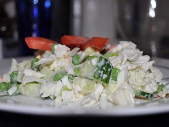 Svaigo dārzeņu salāti ar krabju nūjiņām - viegli, ātri un garšīgi