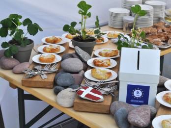 Eiropas dienā vairāki simti Rīgas iedzīvotāju un viesu degustē tradicionālos Eiropas valstu ēdienus